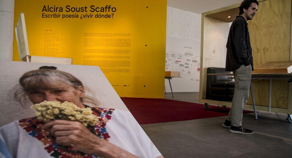 Agustín Fernández muestra la obra su tía abuela Alcira Soust, en el Museo de Arte Contemporáneo