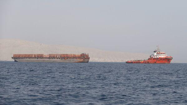 Un buque en el estrecho de Ormuz - Sputnik Mundo