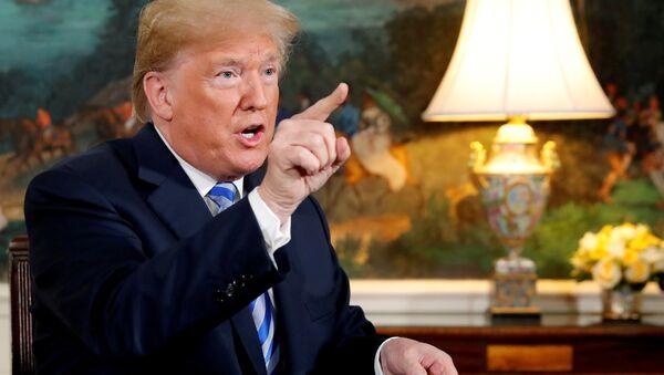 Donald Trump habla con reporteros luego de firmar una proclamación declarando su intención de retirarse del acuerdo nuclear con Irán - Sputnik Mundo