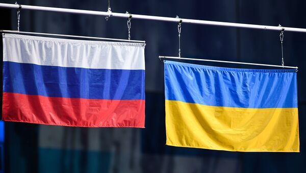 Las banderas de Rusia y Ucrania (archivo) - Sputnik Mundo