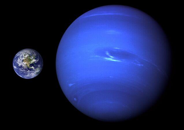 Tierra (izda.) y Neptuno (drcha.) (comparación de tamaño)