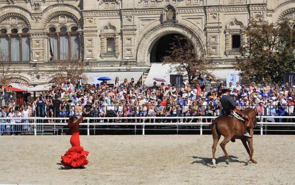 El espectáculo 'Pasión y duende del caballo andaluz' en la Plaza Roja de Moscú durante el festival Torre Spásskaya - Sputnik Mundo