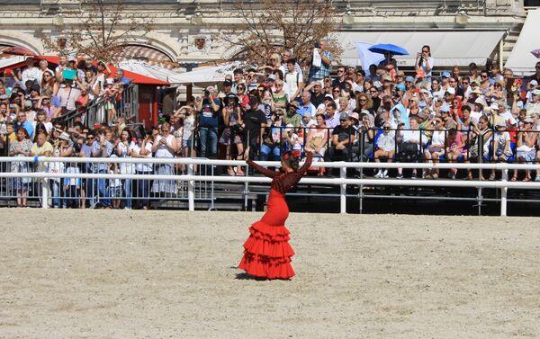 María, una de las dos bailaoras cordobesas de la Asociación Córdoba Ecuestre, durante su actuación en la Plaza Roja de Moscú - Sputnik Mundo