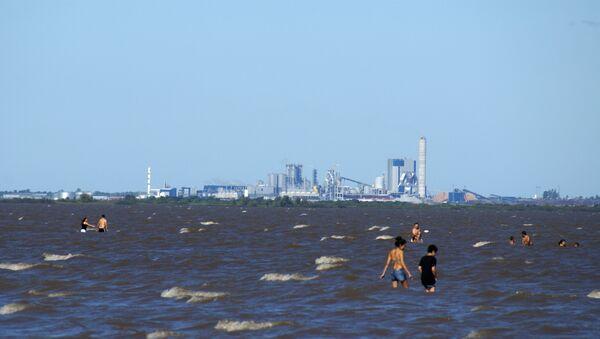 La planta de celulosa en Fray Bentos sobre el río Uruguay vista desde la costa argentina - Sputnik Mundo