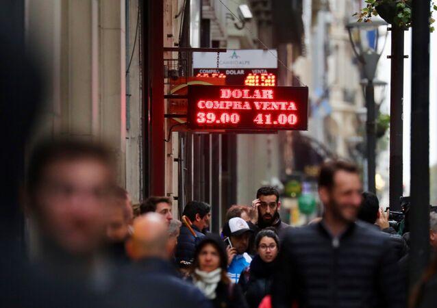 Carteles con la cotización del dólar en Buenos Aires