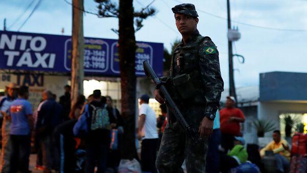 Un militar en la frontera entre Brasil y Venezuela - Sputnik Mundo