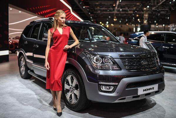 Belleza y potencia: las más bellas azafatas del Salón del Automóvil de Moscú - Sputnik Mundo