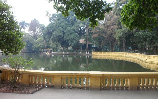 Estanque del Palacio Presidencial de Hanoi, al fondo la Casa Zancuda - Sputnik Mundo