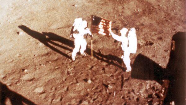 Neil Armstrong y Buzz Aldrin en la Luna con la bandera estadounidense - Sputnik Mundo