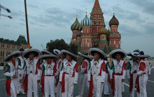 Los integrantes de los Delfines de Veracruz ensayan en la Plaza Roja durante el X festival Torre Spásskaya - Sputnik Mundo