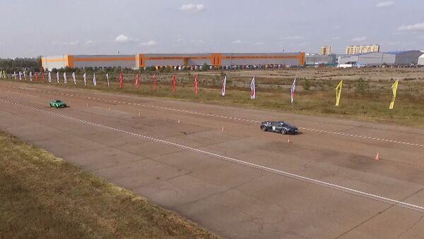 Los 'supervehículos' calientan sus motores en la región de Moscú - Sputnik Mundo