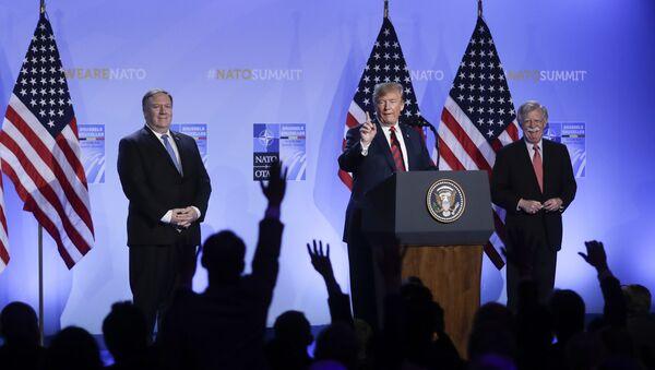 Secretario de Estado de EEUU, Mike Pompeo, el presidente de EEUU, Donald Trump, y asesor de Seguridad Nacional de la Casa Blanca, John Bolton - Sputnik Mundo