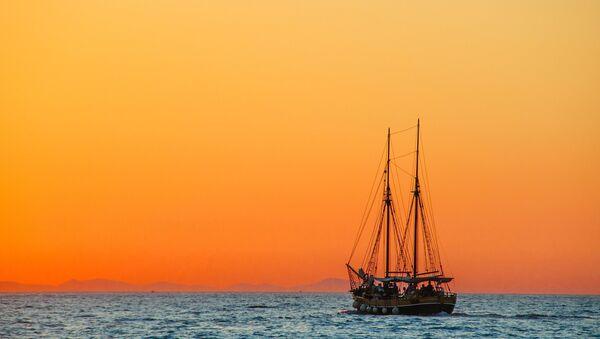 Barco navegando al atardecer (imagen referencial) - Sputnik Mundo