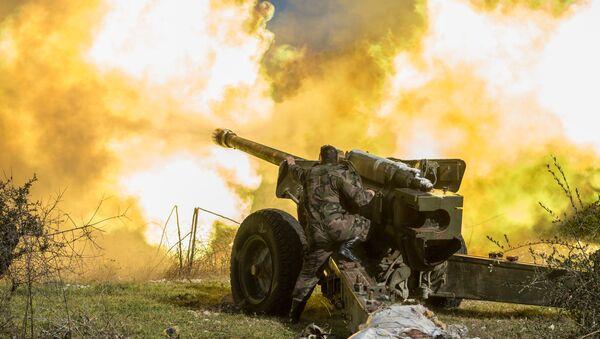 Un soldado sirio dispara de una pieza de artilleria en Idlib - Sputnik Mundo