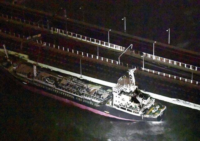 Un barco cisterna se estrella contra el puente que une el aeropuerto de Kansai, en Osaka, con el resto de Japón