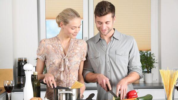 Una pareja en la cocina - Sputnik Mundo