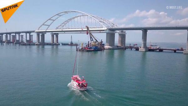 El puente de Crimea tiene un nuevo récord de tráfico - Sputnik Mundo