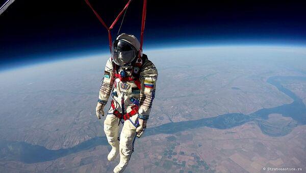 La foto del traje espacial Sókol llevado a la estratosfera por la empresa rusa Stratonautica - Sputnik Mundo
