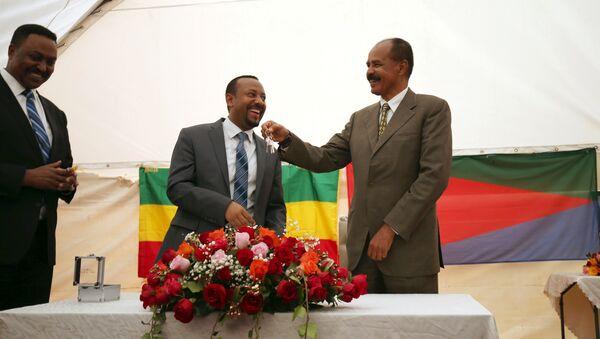 Isaias Afwerki, el presidente de Eritrea, recibe las llaves de Abiy Ahmed, el primer ministro de Etiopía, durante la ceremonia de inauguración de la embajada (archivo) - Sputnik Mundo