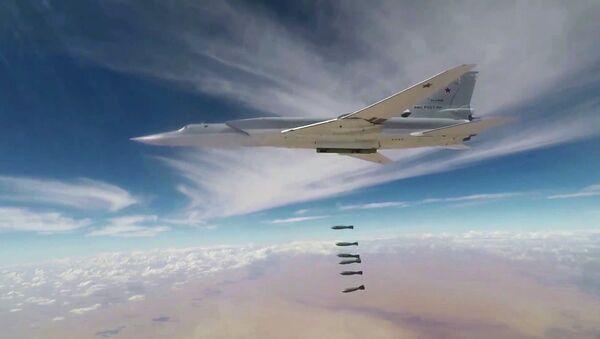 Un bombardero ruso lanza las bombas contra las posiciones de los terroristas en Siria - Sputnik Mundo