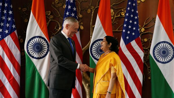 Secretario de Defensa de EEUU, James Mattis, y ministra india de Defensa, Nirmala Sitharaman - Sputnik Mundo