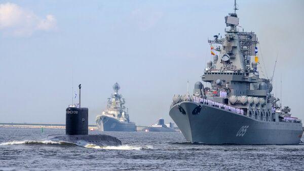 El crucero de misiles Piotr Veliki y el submarino Kolpino de la Armada rusa - Sputnik Mundo