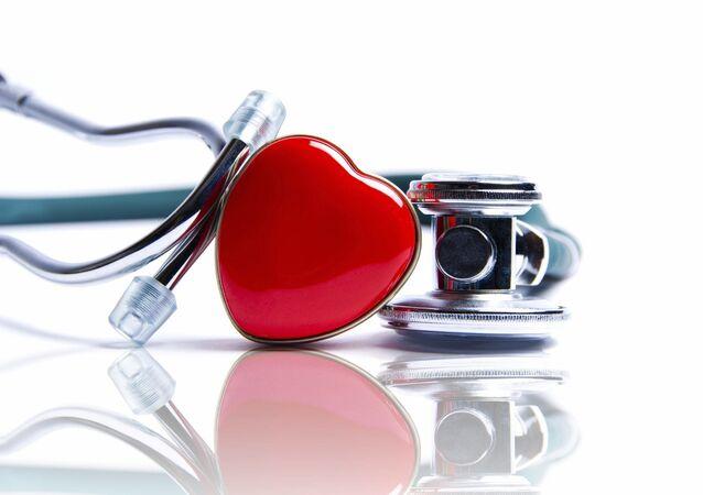 Un fonendoscopio y una figurita de corazón