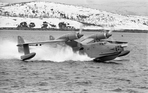 Avión anfibio soviético Beriev Be-12 durante maniobras militares en 1970 - Sputnik Mundo