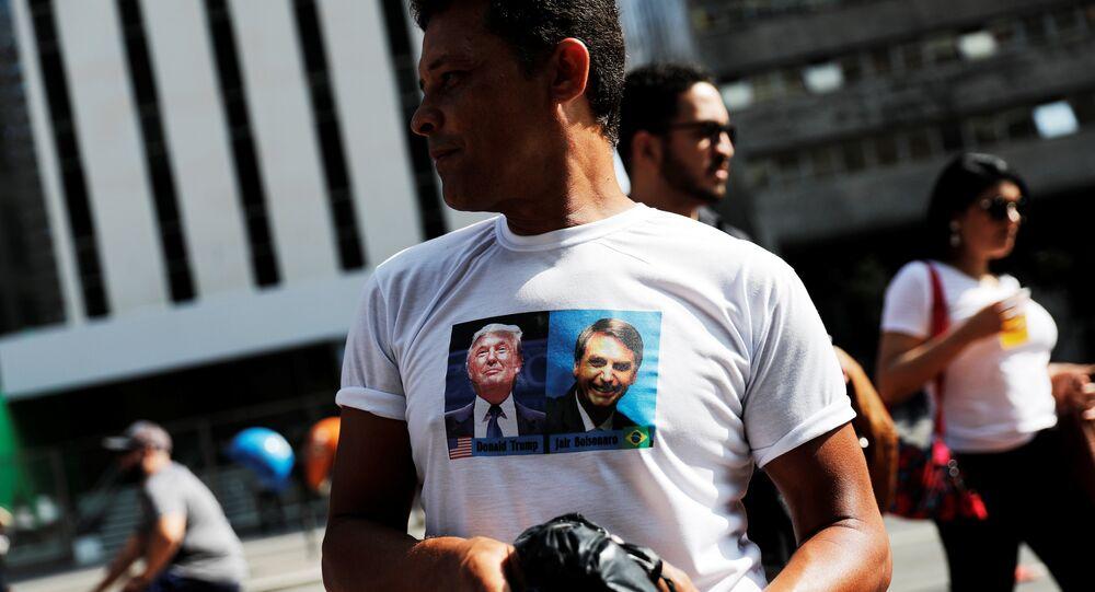 Un hombre con una camiseta con la imagen de Donald Trump y el candidato presidencial brasileño, Jair Bolsonaro.