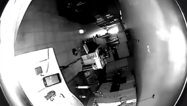 Un extraño objeto de color blanco vuela por la habitación de una casa en EEUU - Sputnik Mundo