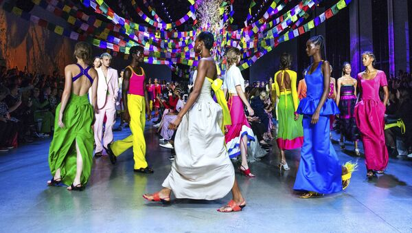 Los atuendos más sensuales de la Semana de la Moda de Nueva York - Sputnik Mundo