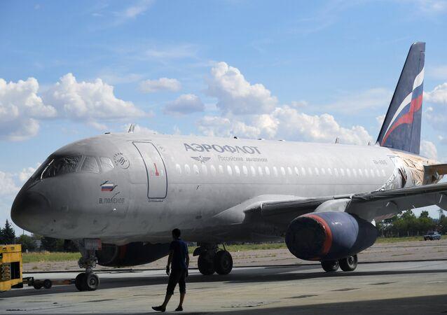 Un avión Sukhoi SuperJet 100 en aerolínea Aeroflot