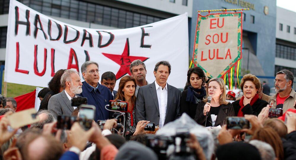 Candidato presidencial brasileño Fernando Haddad y  presidenta del PT Gleisi Hoffmann en Curitiba