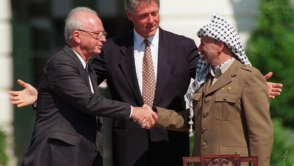 El primer ministro israelí, Yitzhak Rabin, y el líder palestino Yaser Arafat sellan los Acuerdos de Oslo en la Casa Blanca - Sputnik Mundo