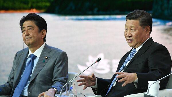 El primer ministro japonés, Shinzo Abe y el presidente chino, Xi Jinping, en el Foro Económico Oriental 2018 - Sputnik Mundo