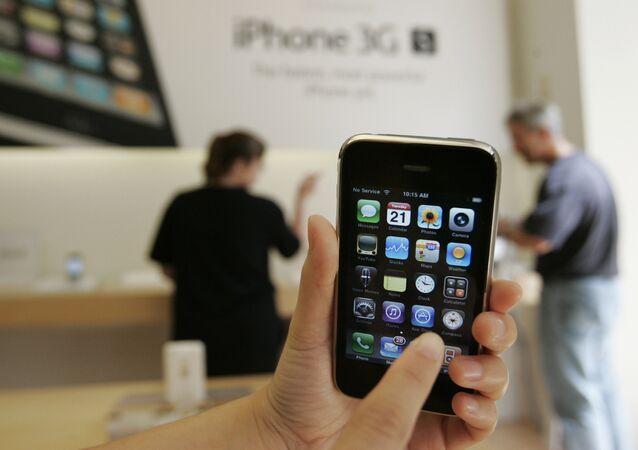 Un cliente muestra un iPhone 3GS de Apple en una tienda Apple en Palo Alto, California en 2009.