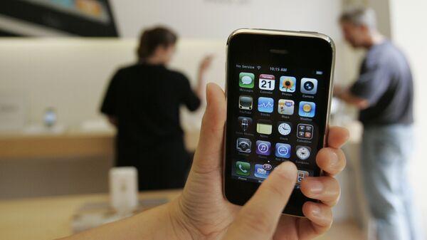 Un cliente muestra un iPhone 3GS de Apple en una tienda Apple en Palo Alto, California en 2009.   - Sputnik Mundo