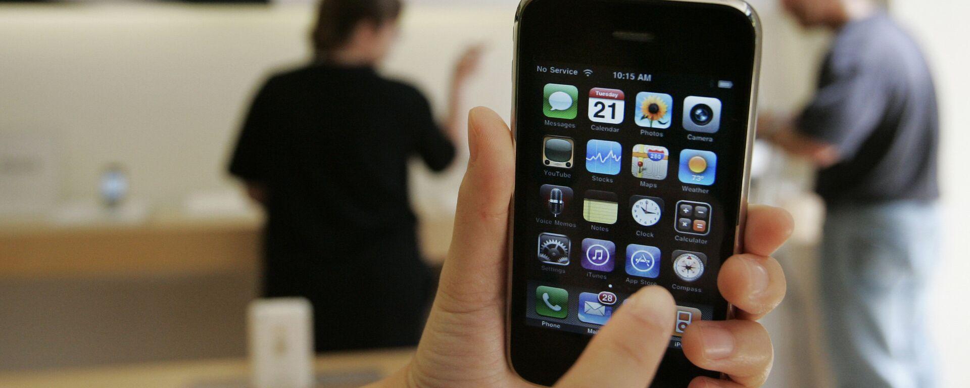 Un cliente muestra un iPhone 3GS de Apple en una tienda Apple en Palo Alto, California en 2009.   - Sputnik Mundo, 1920, 27.04.2021