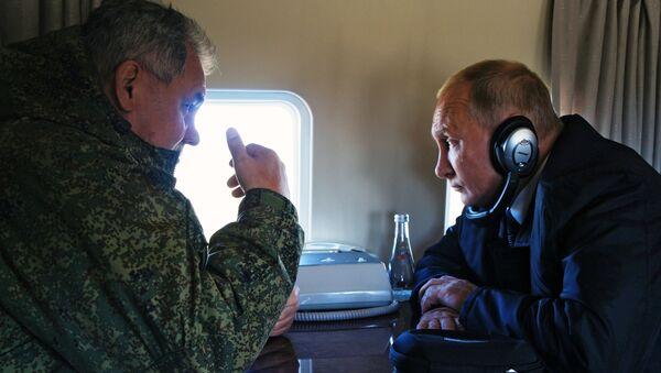 Ministro de Defensa ruso, Serguéi Shoigú, y presidente de Rusia, Vladímir Putin, durante el sobrevuelo del campo de entrenamiento Tsugol - Sputnik Mundo
