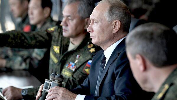 Presidente de Rusia, Vladímir Putin, durante los ejercicios Vostok 2018 - Sputnik Mundo
