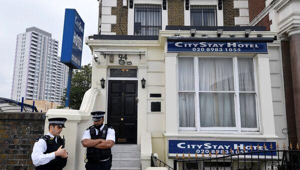 Los policías británicos en la puerta del hotel donde se hospedaron Alexandr Petrov y Ruslán Boshírov - Sputnik Mundo