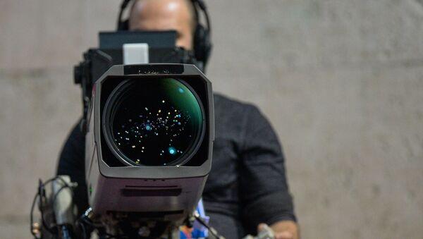 Un operador con una cámara, referencial - Sputnik Mundo