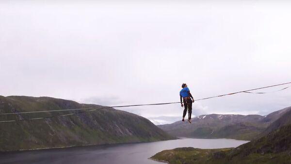 Unos atletas cruzan un slackline de 2.8 kilómetros - Sputnik Mundo