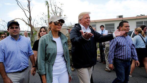 El presidente de EEUU, Donald Trump, con su esposa Melania en Puerto Rico tras el huracán María (archivo) - Sputnik Mundo