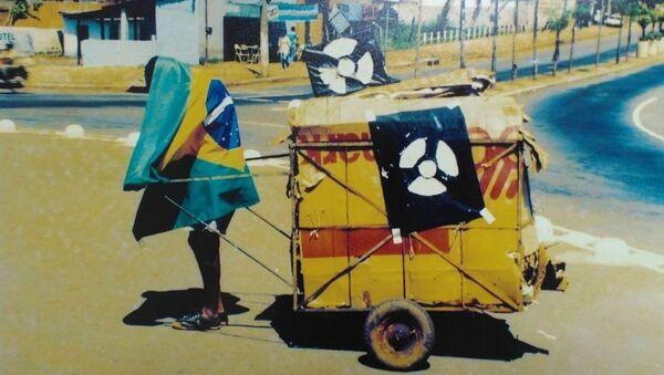 Un hombre durante la operación de limpieza tras el incidente radioactivo en Goiania, Brasil - Sputnik Mundo