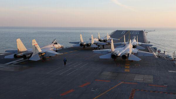 Cazas chinos J-15 en la cubierta del portaviones de Liaoning (archivo) - Sputnik Mundo