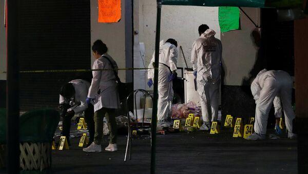 Técnicos forenses trabajan en la escena del crimen en Plaza Garibaldi en Ciudad de México - Sputnik Mundo