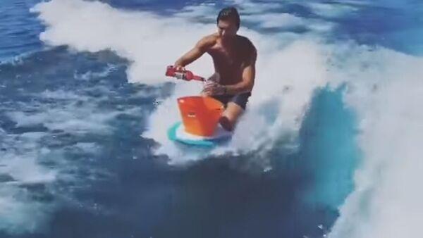 Un bar en medio del mar: este hombre prepara cócteles mientras surfea - Sputnik Mundo