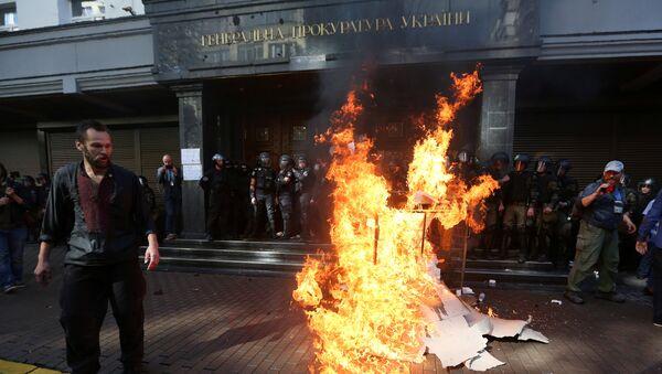 Las manifestaciones en la puerta del edificio de la Fiscalía General ucraniana, Kiev - Sputnik Mundo