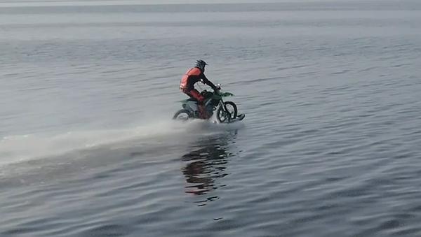 Un ruso logra navegar por el golfo de Finlandia en motocicleta - Sputnik Mundo